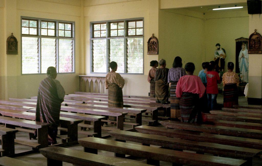 Niedzielna msza w kościele na katolickiej wyspie Flores